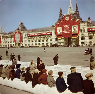 9._capa_young_visitors_waiting_to_see_lenins_tomb_at_red_square_moscow_small.jpg